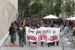 Recorrent el barri de Sants protestant per l'enderrocament de Can Vies